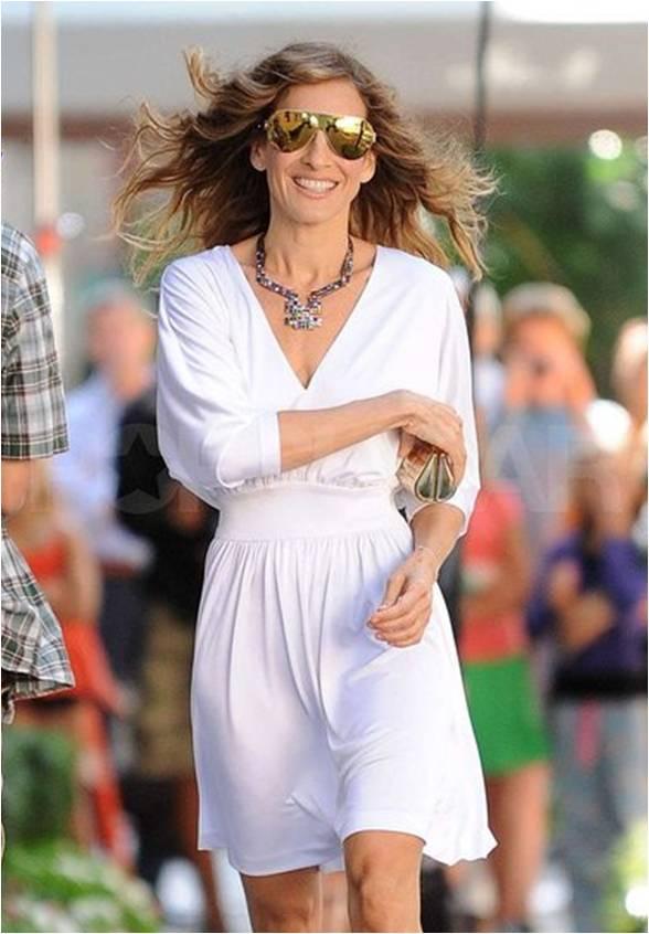 SATC2_Carrie_white dress_golden loubs_02